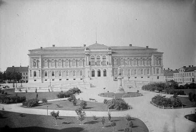 Old photo of the University Building and the University Park when the park was brand new